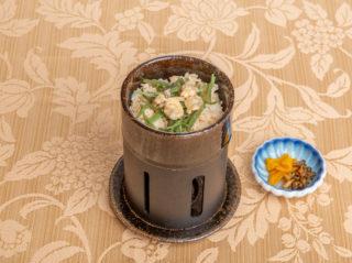一人釜で炊く山菜と浅利のご飯と香の物